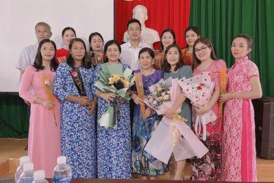 Hình ảnh chia tay cô giáo H'Ben nghỉ hưu theo chế độ, cô giáo Lê Thị Ngọc Quý chuyển công tác